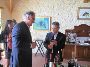 """Le président de l'Association M. Gomez lors de la dégustation """"Charty"""" en Juin dernier (Haut Marbuzet)"""
